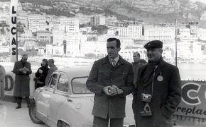 Rallye de Montecarlo. Primera Participación. Dos periodistas posan delante del coche.