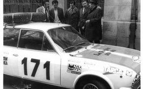 Rallye de Montecertlo. 1972. Lalao con Alejandro Outeiriño, José Luis Outeiriño (Editor del periódico la Región) y Ventura en la presentación del equipo en Ourense. La Región Internacional era uno de los patrocinadores principales.