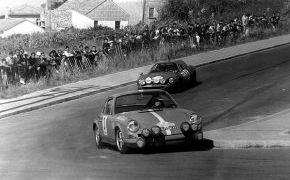 Rallye a las Rías Bajas 1970. En mitad del Rallye se disputa el circuito de Coya, que será decisivo. Reverter vence, seguido de Juncosa con el Abarth 2000 OT, los Alpine de Tramont y Forjón y el Porsche de Lencina.
